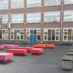 tien banken op het schoolplein van De Goudse Waarden