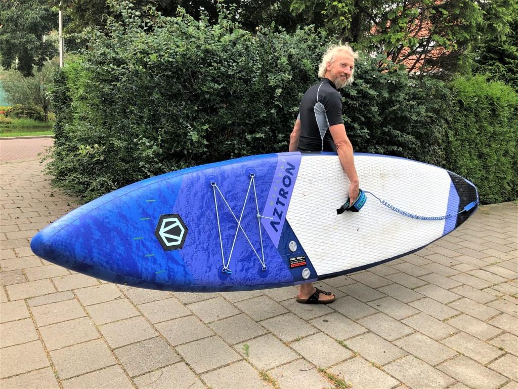 Man met board op zoek naar water